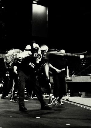 Dançarino gira Madonna em coreografia dos ensaios da nova turnê MDNA. A imagem foi divulgada no Facebook da cantora (16/5/12)