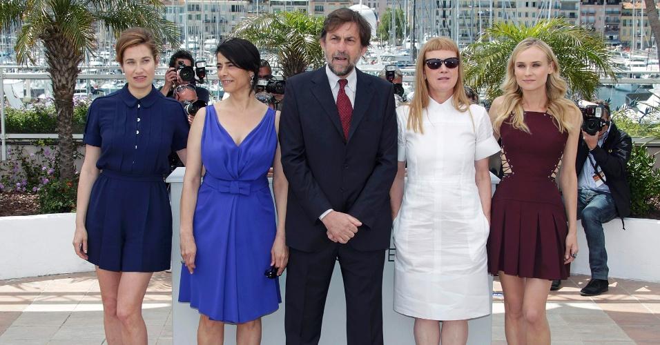 Da esq. para a dir.: Emmanuelle Devos, Hiam Abbass, Andrea Arnold e Diane Kruger, membros do júri, posam ao lado do presidente do júri Nanno Moretti no primeiro dia do Festival de Cannes 2012 (16/5/12)