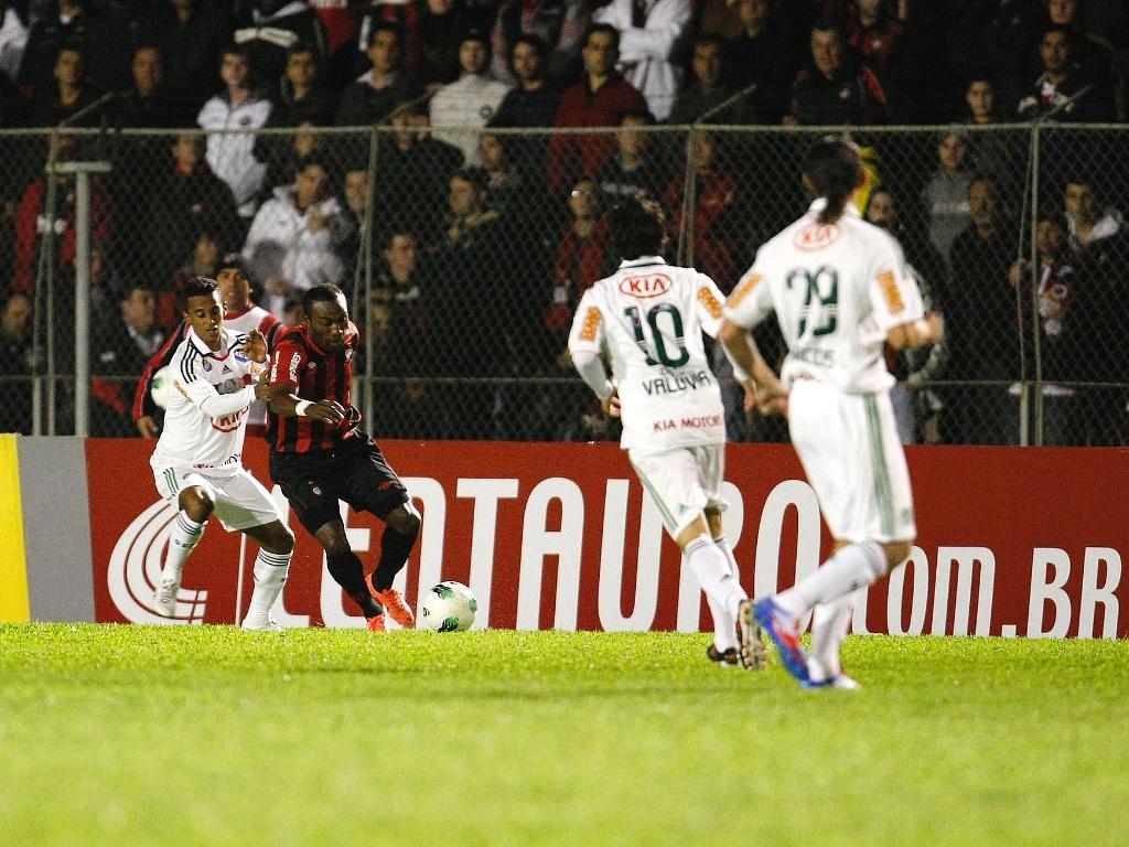 Guerrón, do Atlético-PR, é marcado de perto pelo lateral esquerdo Juninho, do Palmeiras, em jogo da Copa do Brasil