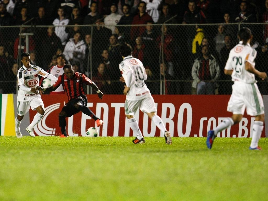 Guerrón é marcado de perto pelo lateral esquerdo Juninho, do Palmeiras, em jogo da Copa do Brasil