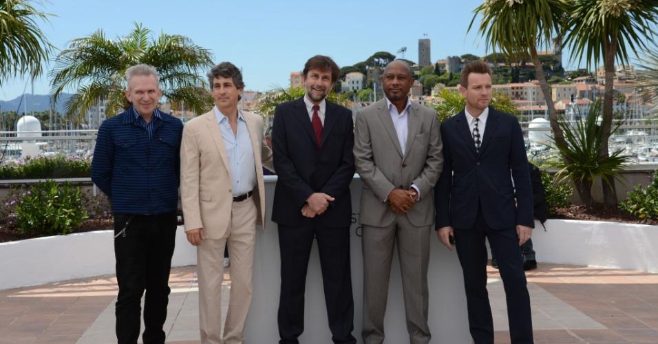 Da esq. para a dir.: Jean-Paul Gaultier, Alexander Payne, Raoul Peck e Ewan Mc Gregor, membros do júri, posam ao lado do presidente do júri Nanno Moretti no primeiro dia do Festival de Cannes 2012 (16/5/12)