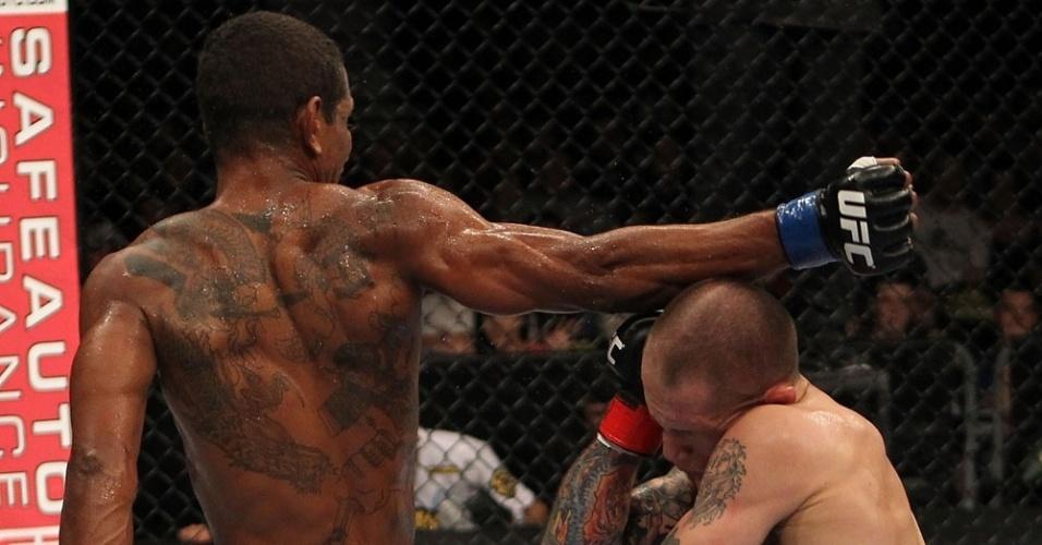 Johnny Eduardo aplica soco rodado durante vitória sobre Jeff Curran no UFC, nesta terça