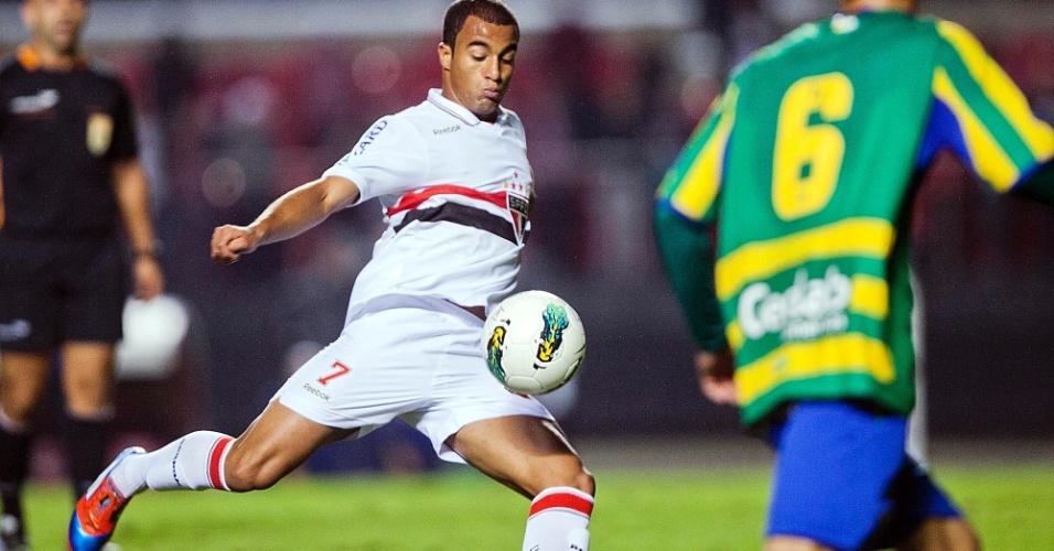 Lucas arrisca chute de fora da área na partida contra o Goiás, válida pela Copa do Brasil