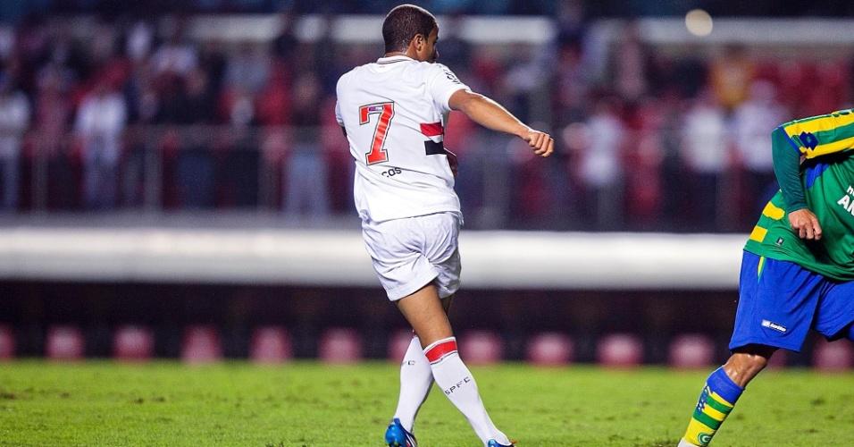 Lucas observa a trajetória da bola após chute de fora da área em direção ao gol de Harley, goleiro do Goiás