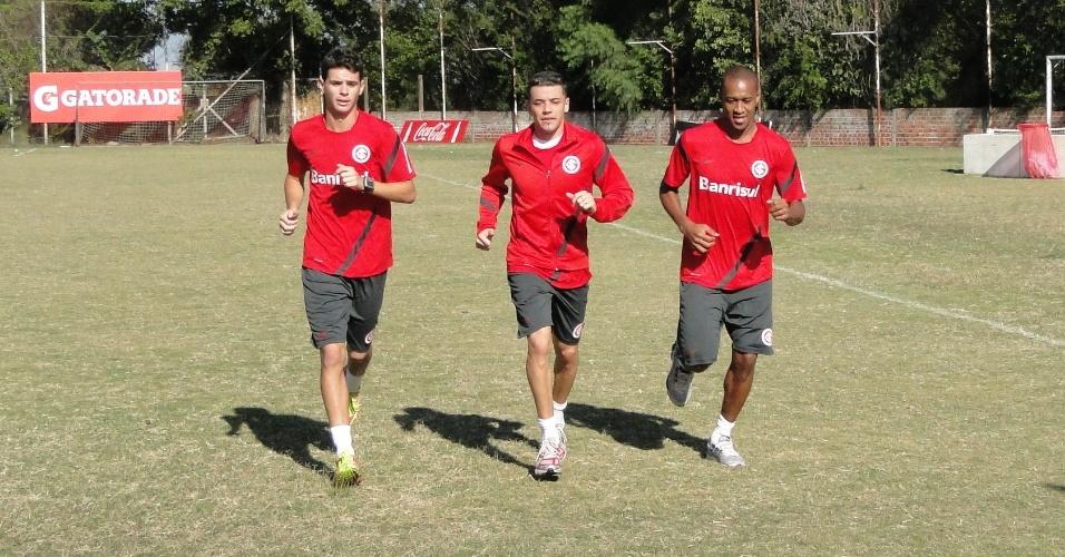 Meias Oscar e D'Alessandro e o lateral Fabrício do Inter realizam trabalhos físicos no suplementar do Beira-Rio (15/05/2012)