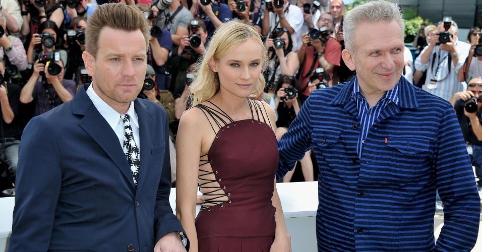 Membros do júri, os atores Ewan McGregor (esq.) e Diane Kruger e o estilista Jean-Paul Gautier (dir.) posam para foto no primeiro dia do Festival de Cannes 2012 (16/5/12)