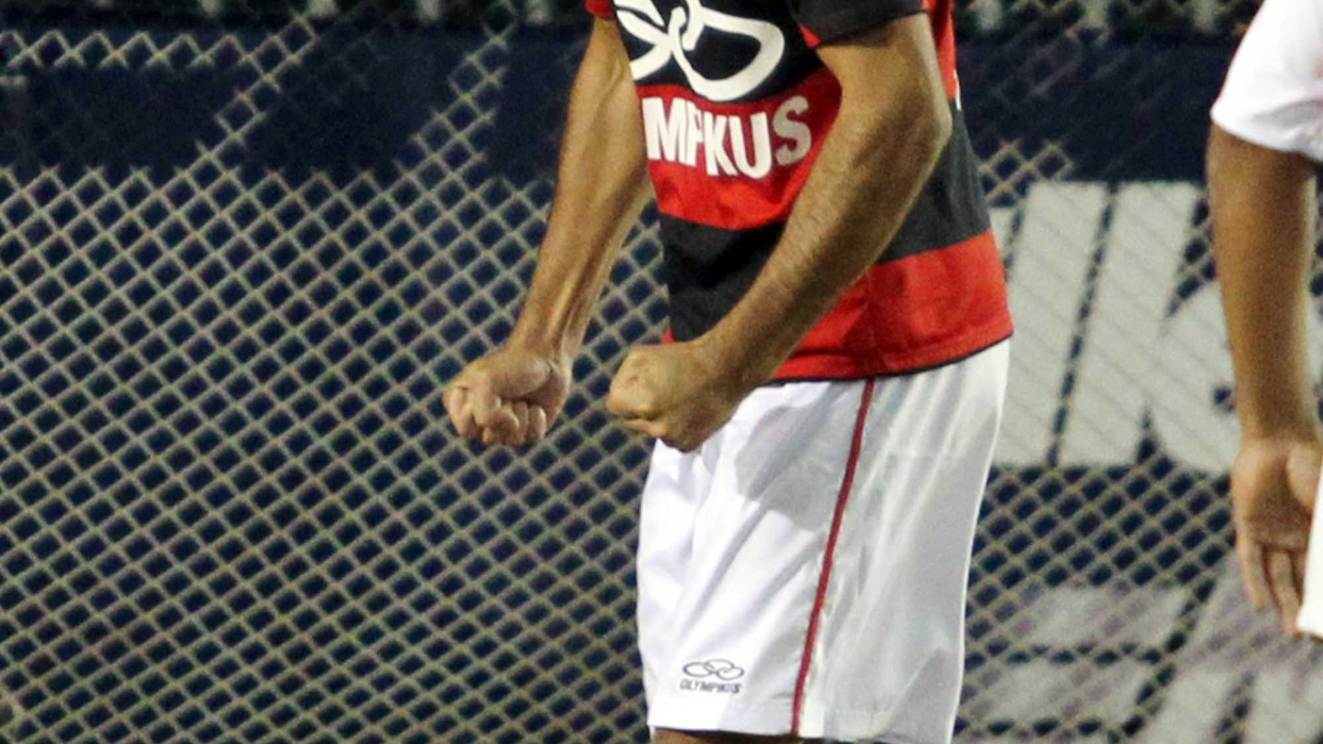 Mena, do Flamengo, comemora vitria sobre o So Paulo no Mundialito