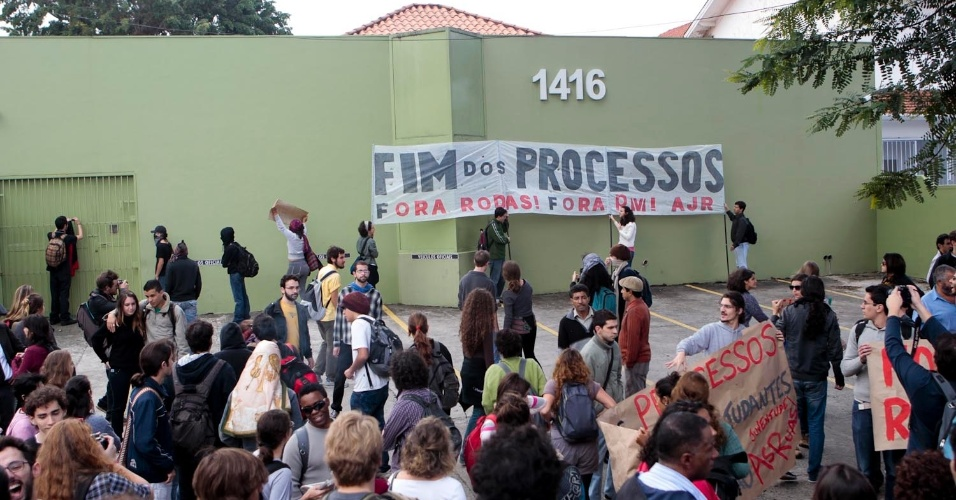 Nesta quarta (16), estudantes protestam na USP (Universidade de São Paulo) contra processos administrativos abertos; estudantes que participaram da invasão da reitoria em novembro do ano passado podem até ser expulsos