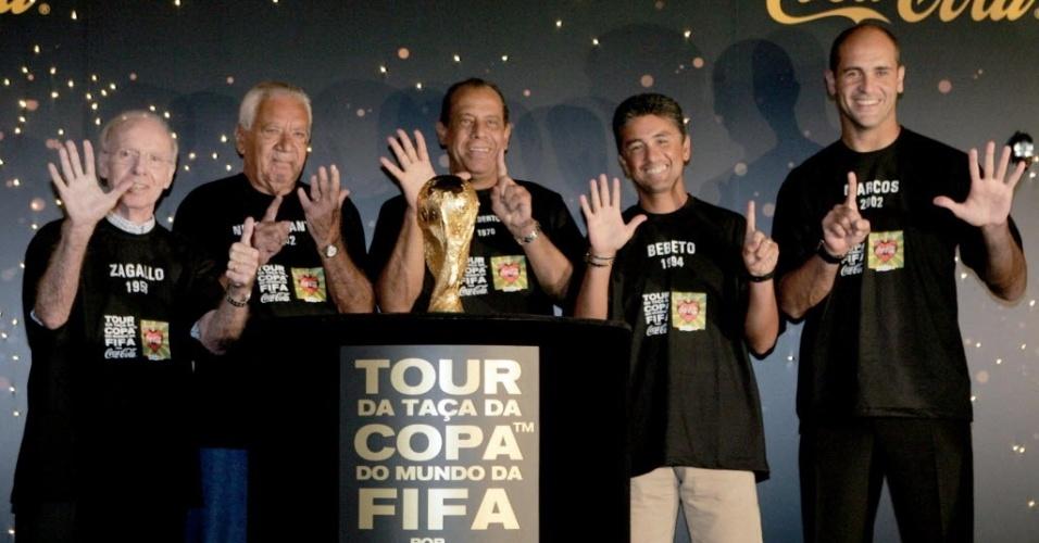 Bicampeão mundial (58 e 62) Nilton Santos posa ao lado da taça da Copa do Mundo antes do mundial de 2006 com os também campeões mundiais Zagallo, Carlos Alberto Torres, Bebeto e Marcos