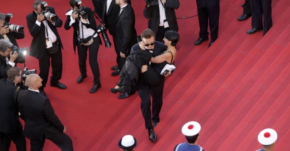 O ator Alec Baldwin carrega no colo sua noiva, Hilaria Thomas, ao subir as escadas do Palácio do Festival, que recebe a abertura do Festival de Cannes 2012 (16/5/12)