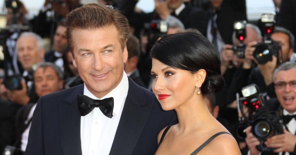 O ator Alec Baldwin e sua noiva, Hilaria Thomas, passam pelo tapete vermelho do Palácio do Festival, que recebe a abertura do Festival de Cannes 2012 (16/5/12)