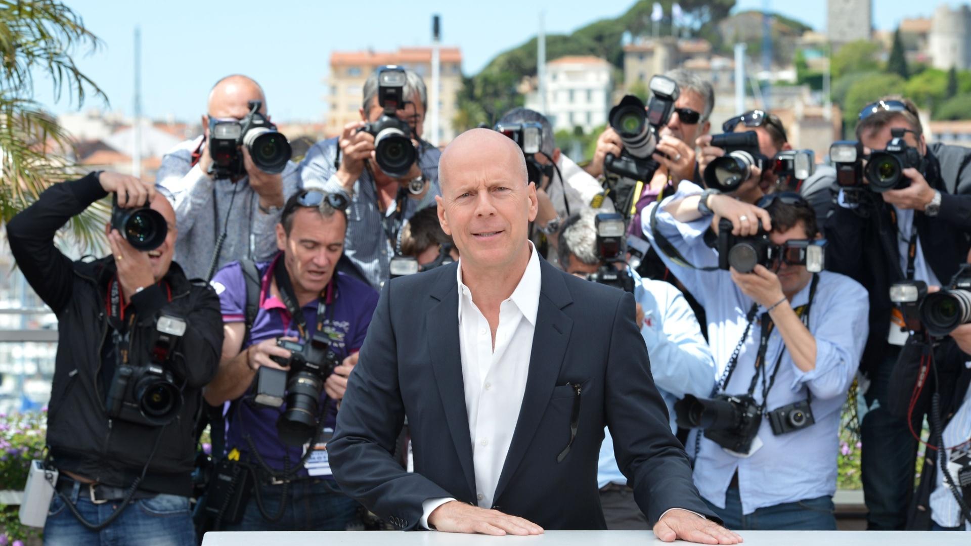 O ator Bruce Willis durante fotos na exibição do filme