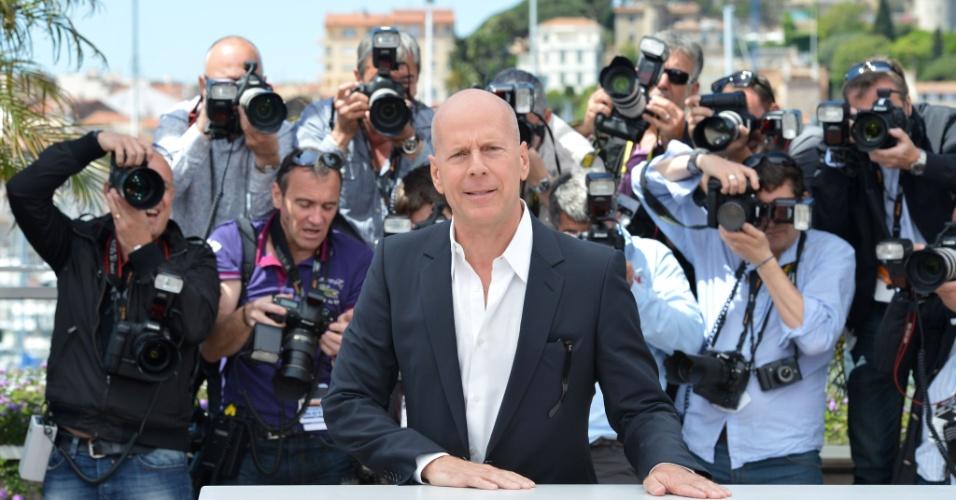 """O ator Bruce Willis durante fotos na exibição do filme """"Moonrise Kingdom"""", de Wes Anderson, que abre o Festival de Cannes 2012 (16/5/12)"""