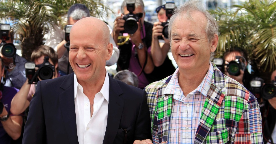 "Os atores Bruce Willis (esq.) e Bill Murray (dir.) durante fotos para divulgação do filme ""Moonrise Kingdom"", de Wes Anderson, que abre o Festival de Cannes 2012 (16/5/12)"