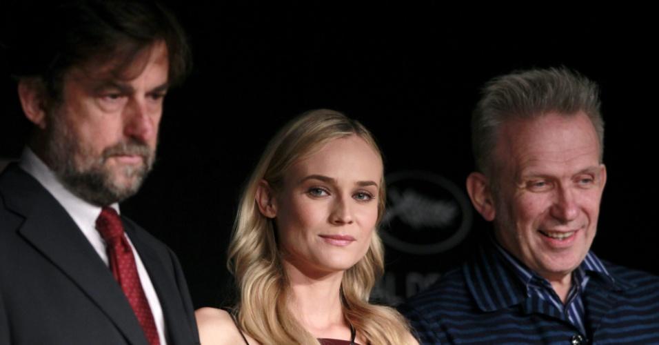 O ator e diretor italiano Nanni Moretti (esq.), presidente do júri do Festival de Cannes 2012, a atriz Diane Kruger e o estilista Jean-Paul Gaultier (dir.), membros do júri, falam com a imprensa em coletiva realizada no primeiro dia do evento (16/5/12)