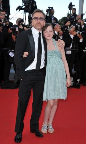 O ator Tim Roth, presidente do júri da mostra Um Certo Olhar, chega com uma convidada ao Palácio do Festival, que recebe a abertura do Festival de Cannes 2012 (16/5/12)