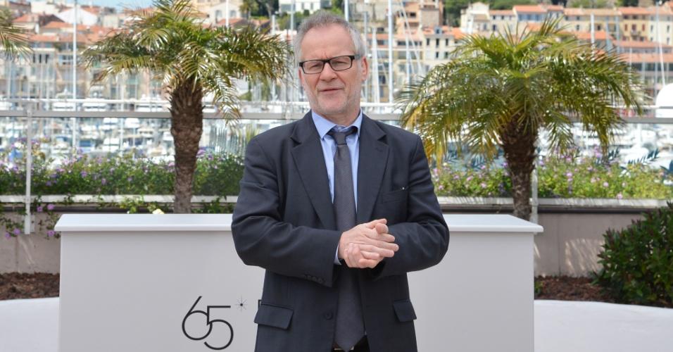 """O diretor geral do Festival de Cannes, Thierry Frémaux, fala com fotógrafos antes das fotos com elenco, diretor e roteirista de """"Moonrise Kingdom"""", de Wes Anderson, que abre o Festival de Cannes 2012 (16/5/12)"""