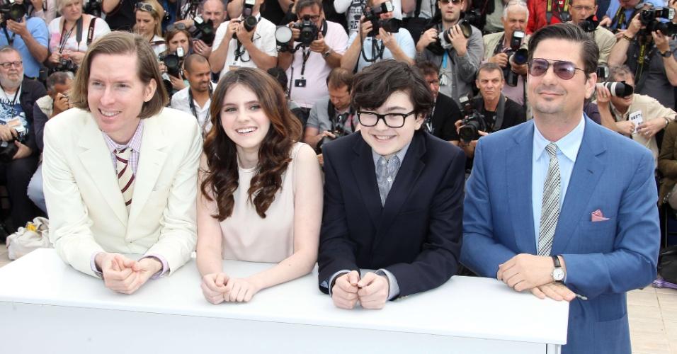 """Da esq. para a dir.: O diretor Wes Anderson, a atriz Kara Hayward, o ator Jared Gilman e o reteirista Roman Coppola durante fotos para divulgação do filme """"Moonrise Kingdom"""", que abre o Festival de Cannes 2012 (16/5/12)"""