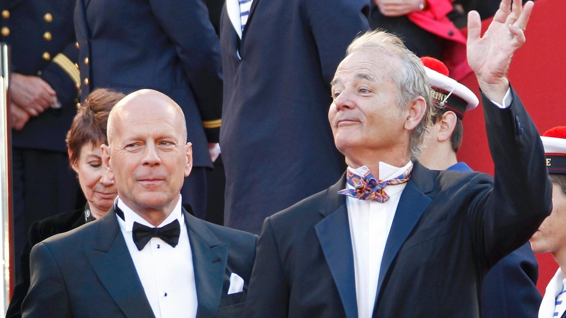 Os atores Bruce Willis (esq.) e Bill Murray (dir.), que estão no elenco do filme de abertura de Cannes,