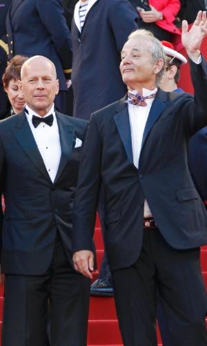"""Os atores Bruce Willis (esq.) e Bill Murray (dir.), que estão no elenco do filme de abertura de Cannes, """"Moonrise Kingdom"""", passam pelo tapete vermelho do Palácio do Festival, que recebe a abertura do Festival de Cannes 2012 (16/5/12)"""
