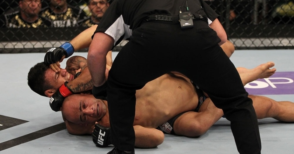 Rafael dos Anjos encaixa mata-leão e finaliza para voltar a vencer no UFC