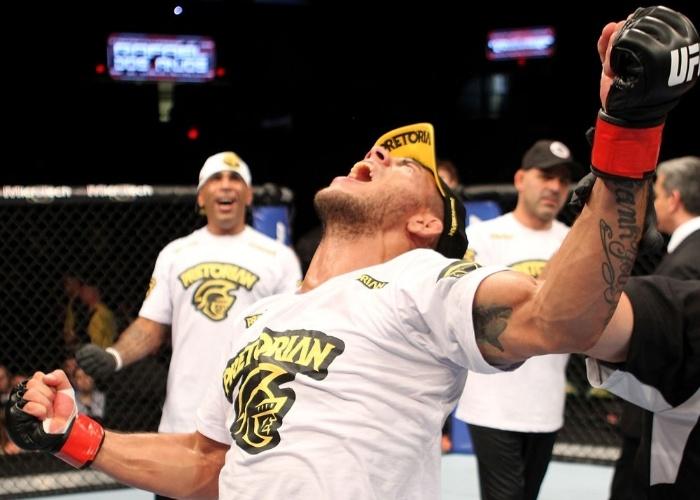 Rafael dos Anjos encaixou um mata-leão e finalizou para voltar a vencer no UFC