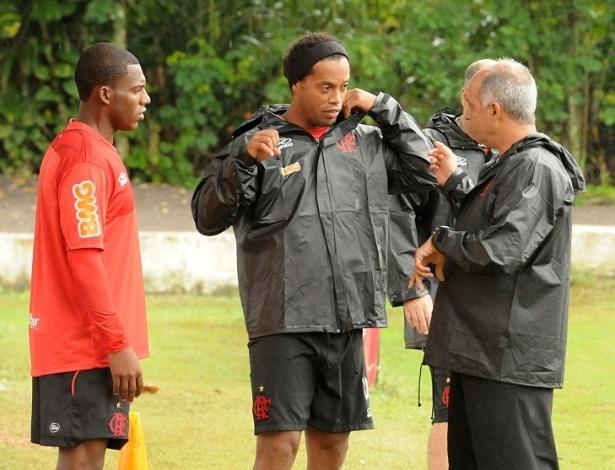 Ronaldinho ouve instruções antes de corrida no Ninho do Urubu (16/05/2012)