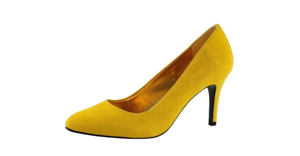 Scarpin amarelo de camurça; R$ 219,90, na Mr. Cat (Tel.: 11 3667-0768)
