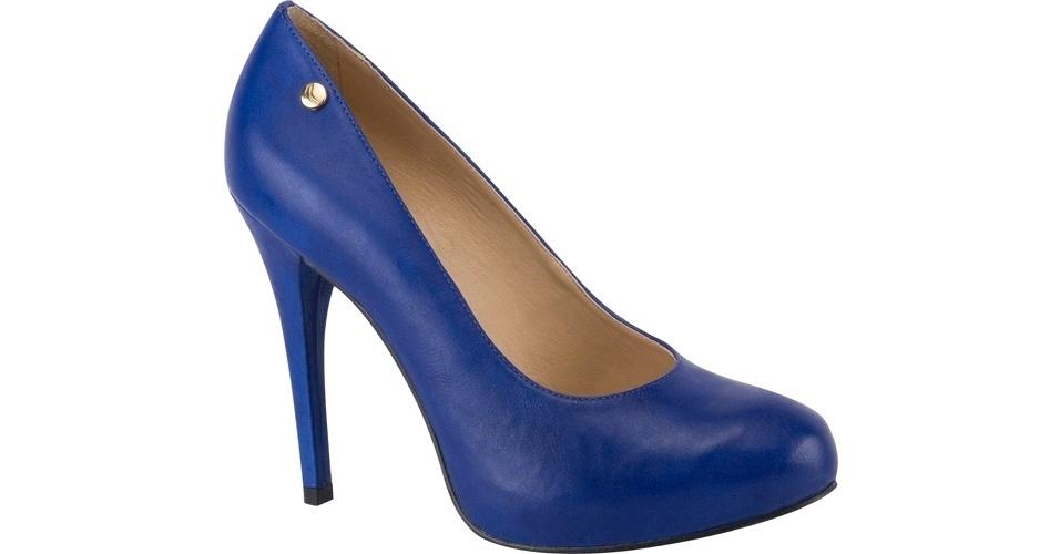Scarpin azul com bico arredondado; R$ 233, na Carrano (Tel.: 51 2125-1502)