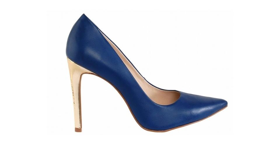 Scarpin azul com salto dourado; R$ 325, na Guilhermina (Tel.: 11 3073-1319)