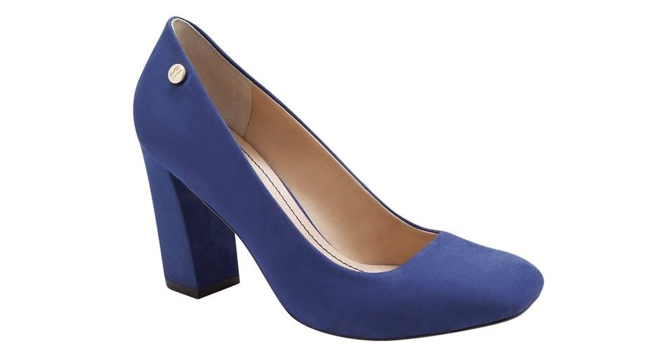 Scarpin azul com salto grosso; R$ 189,90, na Carrano (Tel.: 51 2125-1502)