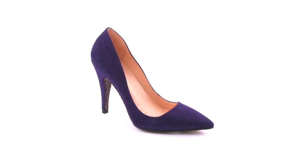 Scarpin azul com salto médio; R$ 337, na Luiza Barcelos (Tel.: 31 2102-0100)