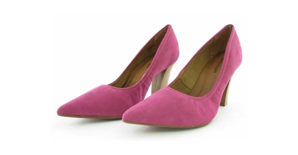 Scarpin rosa com salto de madeira; R$ 89, na Sonho dos Pés (Tel.: 21 2529-2587)