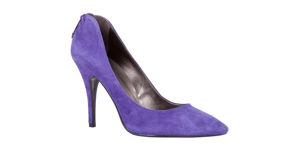 Scarpin roxo com detalhe no calcanhar; R$ 229,90, na My Shoes (Tel.: 11 3061-2839)