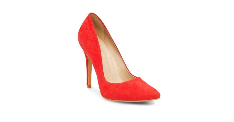Scarpin vermelho de camurça modelo clássico; R$ 199, na Corello (Tel.: 11 3060-8219)