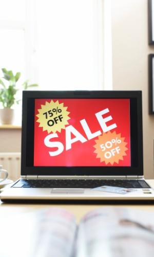 Site exibe propaganda de comércio eletrônico em laptop