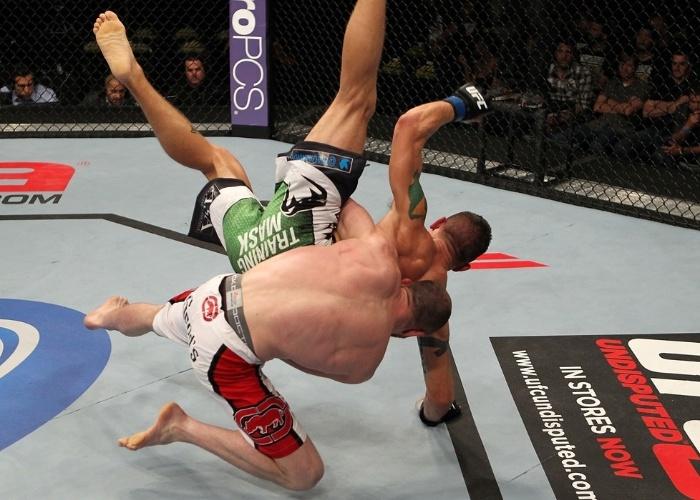 TJ Grant derruba Carlo Prater com estilo durante sua vitória no UFC