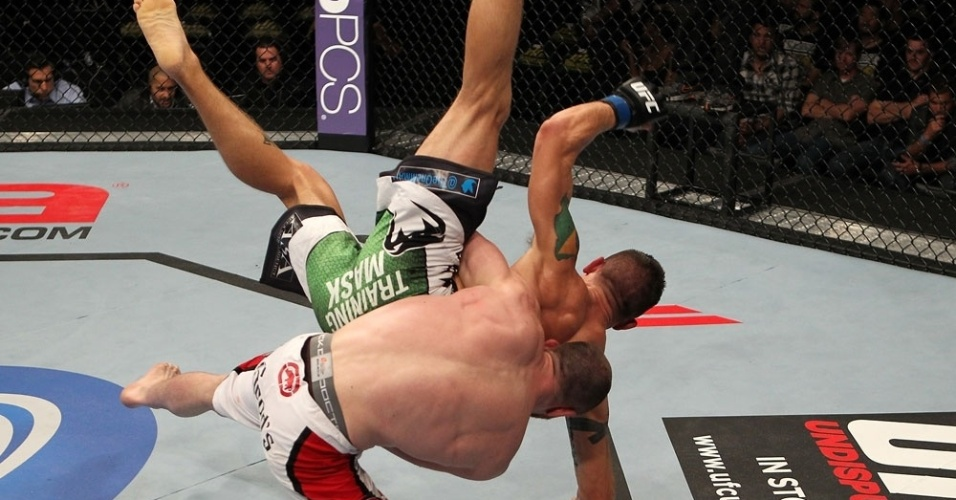 TJ Grant derruba Carlo Prater com estilo durante sua vitria no UFC