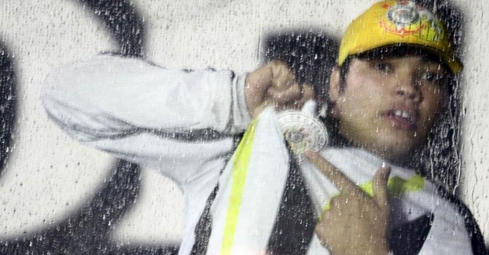 Torcedor do Corinthians não se importou com a chuva no Rio de Janeiro para acompanhar jogo com Vasco