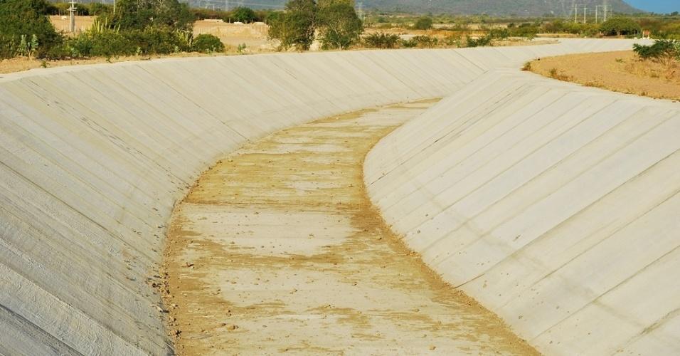 17.mai.2012 - Canal do Sertão, em Pariconha (AL), teve obras anunciadas há 20 anos, mas ainda está seco