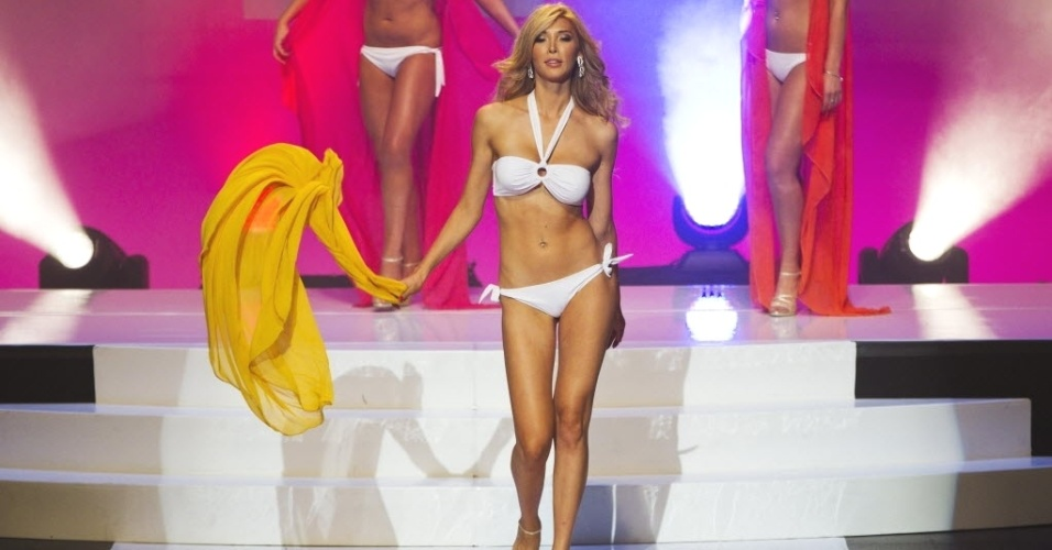 17.mai.2012 - Jenna Talackova, 23, desfila de biqu&#237;ni durante o Miss Universo Canad&#225;, em Toronto. Talackova foi originalmente desclassificada do concurso porque n&#227;o era uma &#34;mulher naturalmente nascida&#34;. Ela, que foi submetida &#224; cirurgia de mudan&#231;a de sexo aos 19 anos, foi reintegrada &#224; competi&#231;&#227;o canadense ap&#243;s aval do empres&#225;rio Donald Trump, dono da organiza&#231;&#227;o Miss Universo 