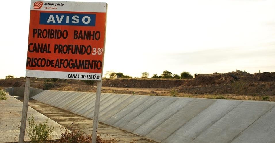 """17.mai.2012 - Placa alerta para risco de """"afogamento"""" no Canal de sertão, em Pariconha (AL), que teve obras anunciadas há 20 anos, mas ainda está seco"""