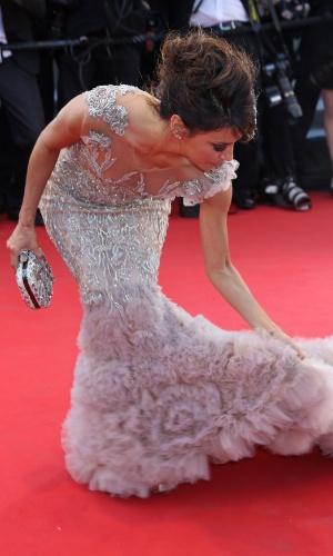 A atriz Eva Longoria briga com o vestido no tapete vermelho no primeiro dia do Festival de Cannes 2012 (17/5/12)