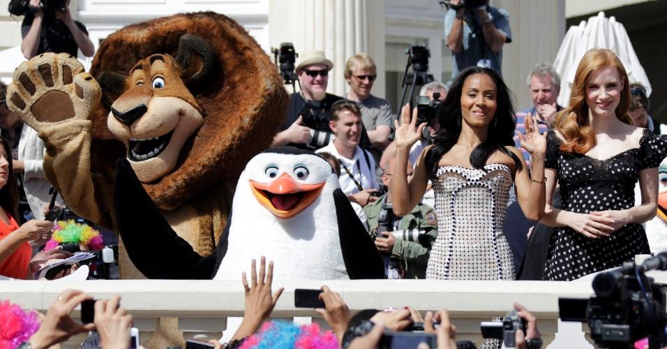 """A atriz Jada Pinkett-Smith, que dubla a hipopótamo Glória e Jessica Chastain, que dubla a jaguar Gia, tiram fotos ao lado de bonecos dos personagens durante divulgação do filme """"Madagascar 3: Os Procurados"""", em Cannes (17/5/12)"""