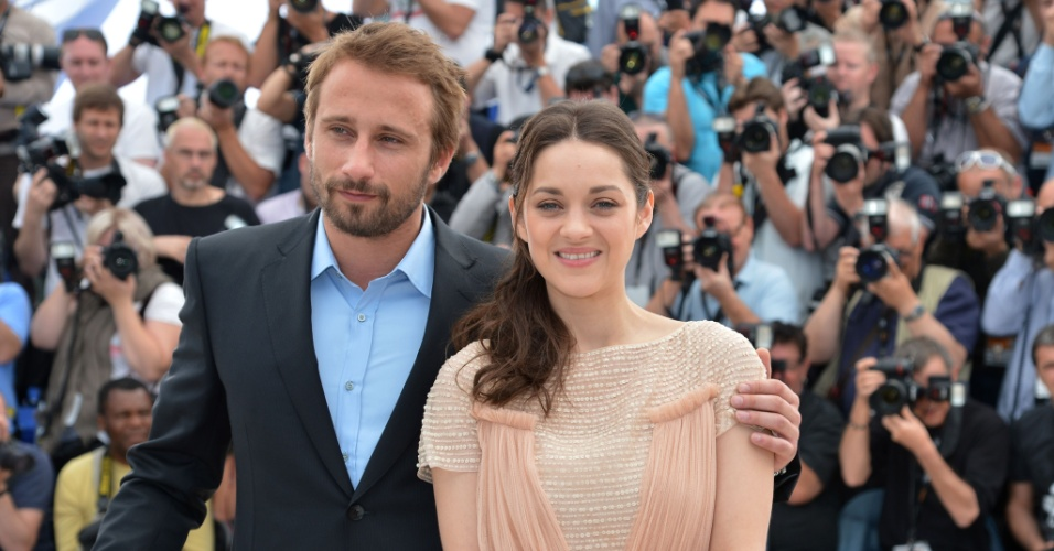 A atriz Marion Cotillard e o ator Matthias Schoenaerts posam para fotos em divulga&#231;&#227;o do filme &#34;De Rouille et D&#39;Os&#34; no segundo dia do Festival de Cannes (17/5/12)  