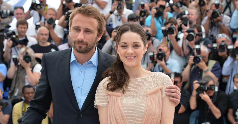 """A atriz Marion Cotillard e o ator Matthias Schoenaerts posam para fotos em divulgação do filme """"De Rouille et D'Os"""" no segundo dia do Festival de Cannes (17/5/12)"""