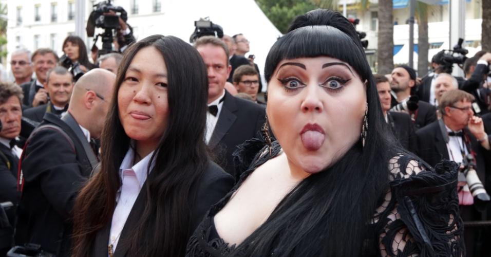 """A cantora norte-americana Beth Ditto (à direita) e sua namorada, Kristen, mostram a língua no tapete vermelho da exibição do filme """"De Rouille et D'Os"""", de Jacques Audiard, em Cannes (17/5/12)"""