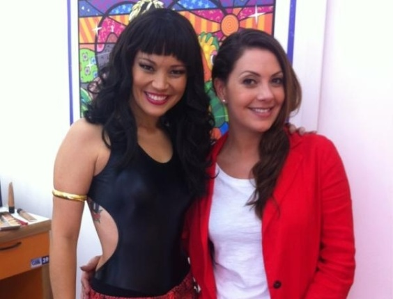 """Ao lado da atriz Fabiula Nascimento, Geovanna Tominaga incorpora o visual """"periguete"""" no """"Mais Você"""" (17/5/12)"""