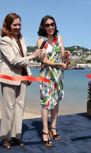 """Ao lado da cônsul geral dos Estados Unidos, Diane E. Kelly, a apresentadora do """"Today Show"""" Ann Curry corta a fita na abertura do Pavilhão Americano no Festival de Cannes 2012 (17/5/12)"""