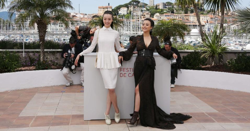 """As atrizes chineas Qi Xi (esq.) e Hao Lei (dir.) posam para foto durante exibição do filme """"Mistery"""" apresentado na mostra """"Um Certo Olhar"""" do Festival de Cannes 2012 (17/5/12)"""